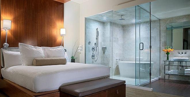 Vì sao phòng tắm khách sạn được làm bằng kính trong suốt?