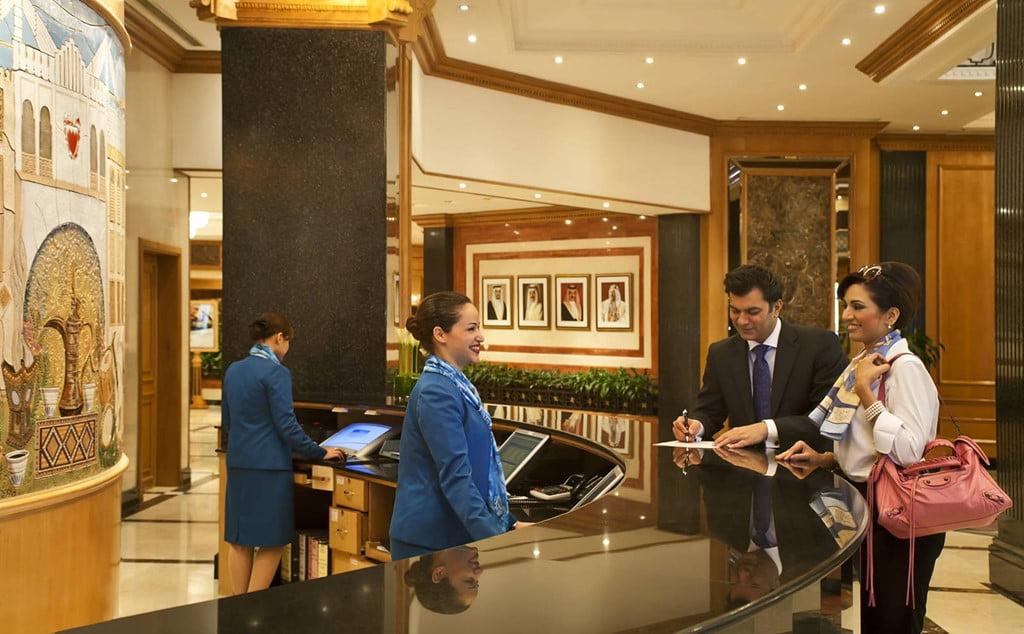 Làm thế nào để trở thành một lễ tân khách sạn chuyên nghiệp