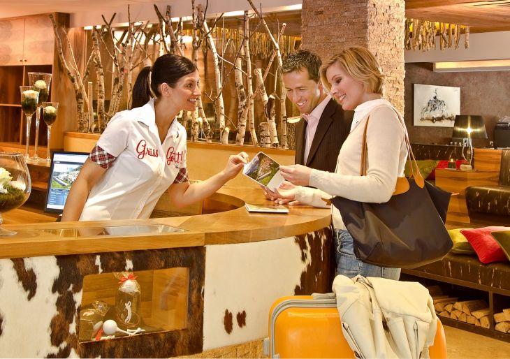 Lễ tân khách sạn cung cấp thông tin cho khách