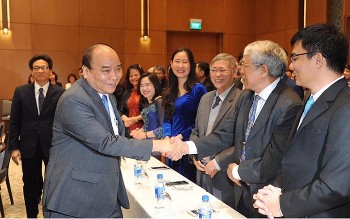Thủ tướng bắt tay các đại biểu tham dự