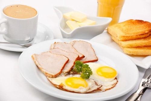 khuyến mại cung cấp bữa sáng đồ uống miễn phí tại khách sạn