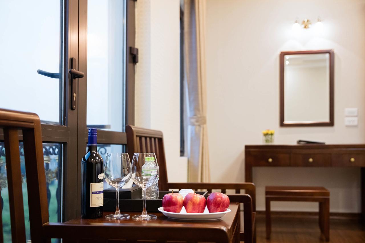 Phòng khách sạn Bình Anh với rượu và trái cây