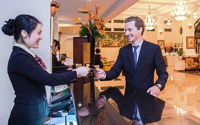 Thái độ của nhân viên nhà hàng khách sạn dịp lễ Tết