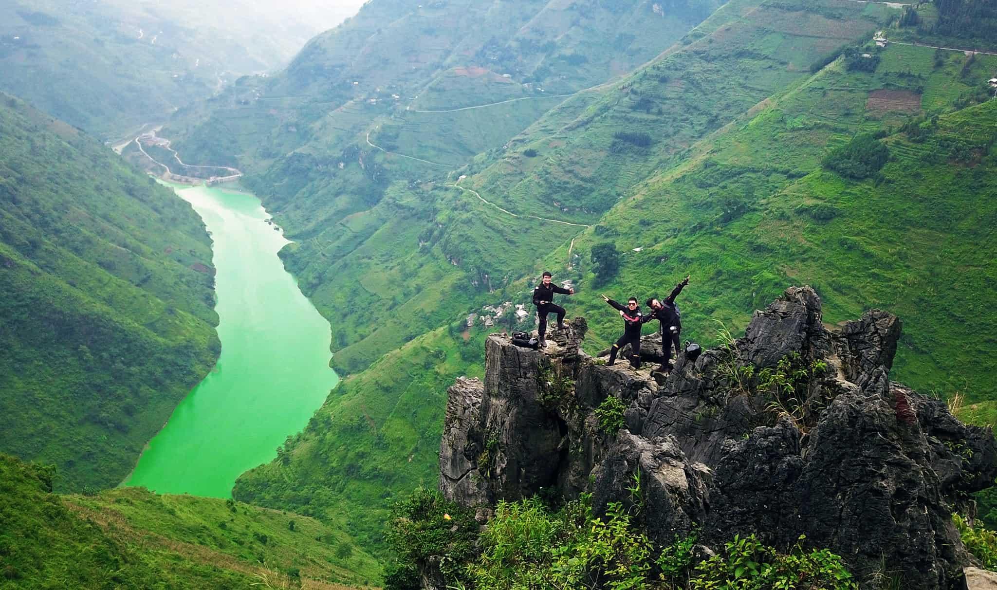 Mang đủ đồ bảo hộ, check-in sông Nho Quế