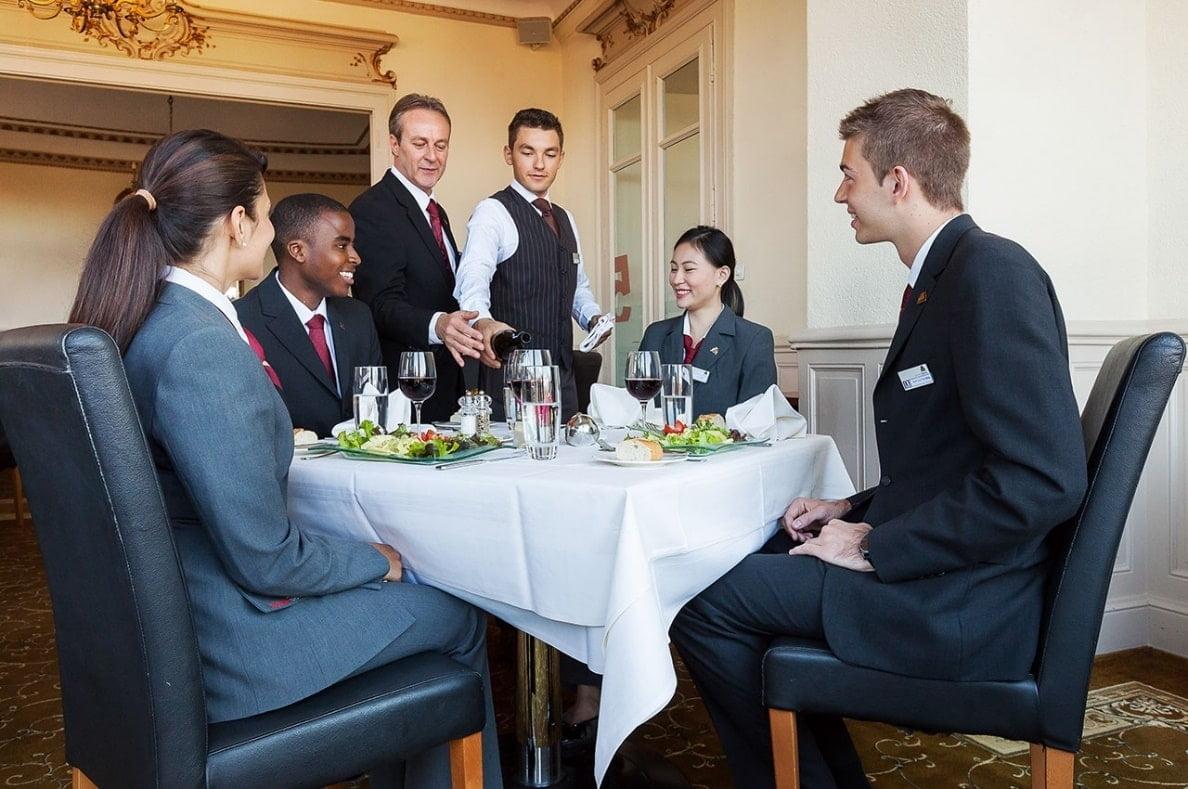 Người quản lý khách sạn đóng vai trò ngoại giao