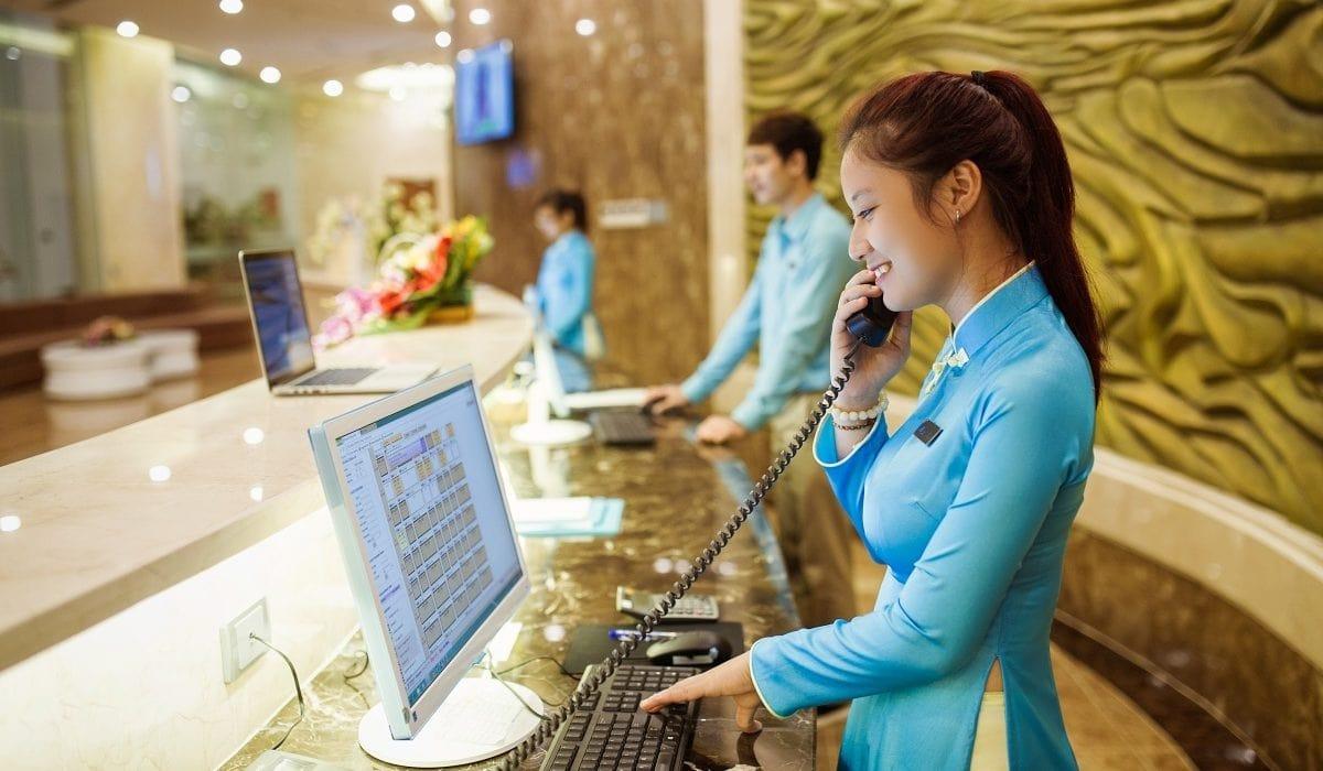 Yêu cầu đối với nhân viên lễ tân khách sạn về nghiệp vụ