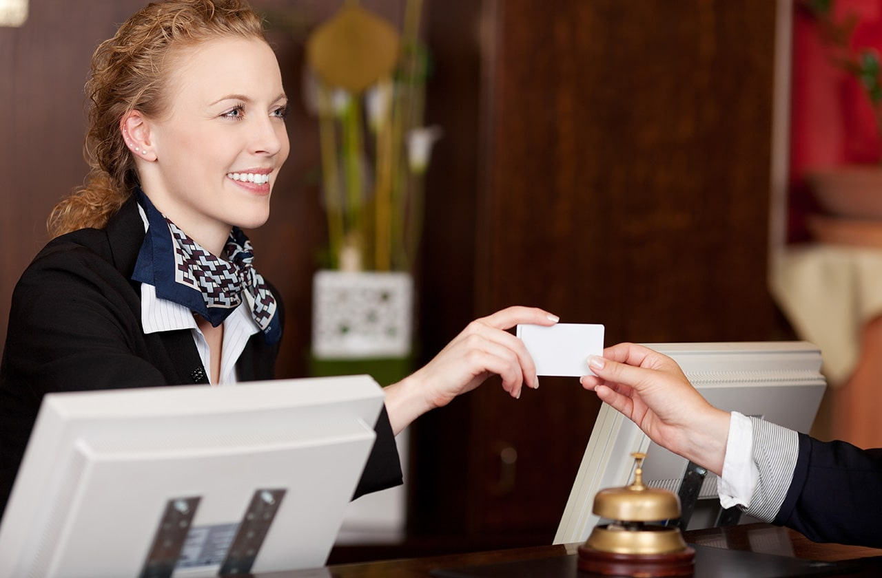 Yêu cầu đối với nhân viên lễ tân khách sạn về thái độ
